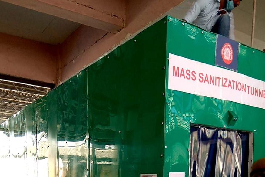 વિભુ પટેલ, અમદાવાદ : દેશમાં લોકડાઉન છે અને ટ્રેન સેવા બંધ છે. પરંતુ ટ્રેન સેવા શરૂ થાય તે પહેલાં અમદાવાદ (Ahmedabad) કાલુપુર રેલવે સ્ટેશન (Kalupur railway station) પર માસ સેનિટાઇઝ ટનલ બનાવવામાં આવી છે. માસ સેનિટાઈઝ ટનલની લંબાઈ 20 ફૂટની છે. જે 10 સેકન્ડની અંદર આવરી લેવામાં આવે છે અને સેન્સર લગાવવામાં આવ્યા છે.