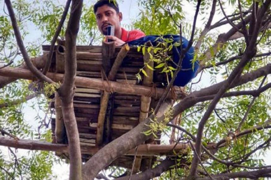 હવે સુબ્રત દરરોજ ક્લાસના સમયે ઝાડ ઉપર ચડીને પોતાના ક્લાસરૂમમાં બેસીને વિદ્યાર્થીઓની ઓનલાઈન ક્લાસ લે છે. આ સમયે તેઓ ખાવા-પીવાનું પણ પોતાની સાથે લઈને ઝાડ ઉપર ચડે છે. સુબ્રતના કહેવા પ્રમાણે વધતી ગરમીના કારણે મુશ્કેલી થાય છે. અનેક વખત શૌચાલય પણ નથી જઈ શકતા. ક્યારેક વરસાદ પણ હેરાન કરે છે. પાણી, તડકાના કારણે વાંસનું બનેલું પ્લેટફોર્મ પણ ખરાબ થઈ જાય છે. પરંતુ હું ફરી તેને સરખું કરીને વિદ્યાર્થીઓને ભણાવું છું. અને વિદ્યાર્થીઓની સંખ્યા પણ સારી રહે છે.
