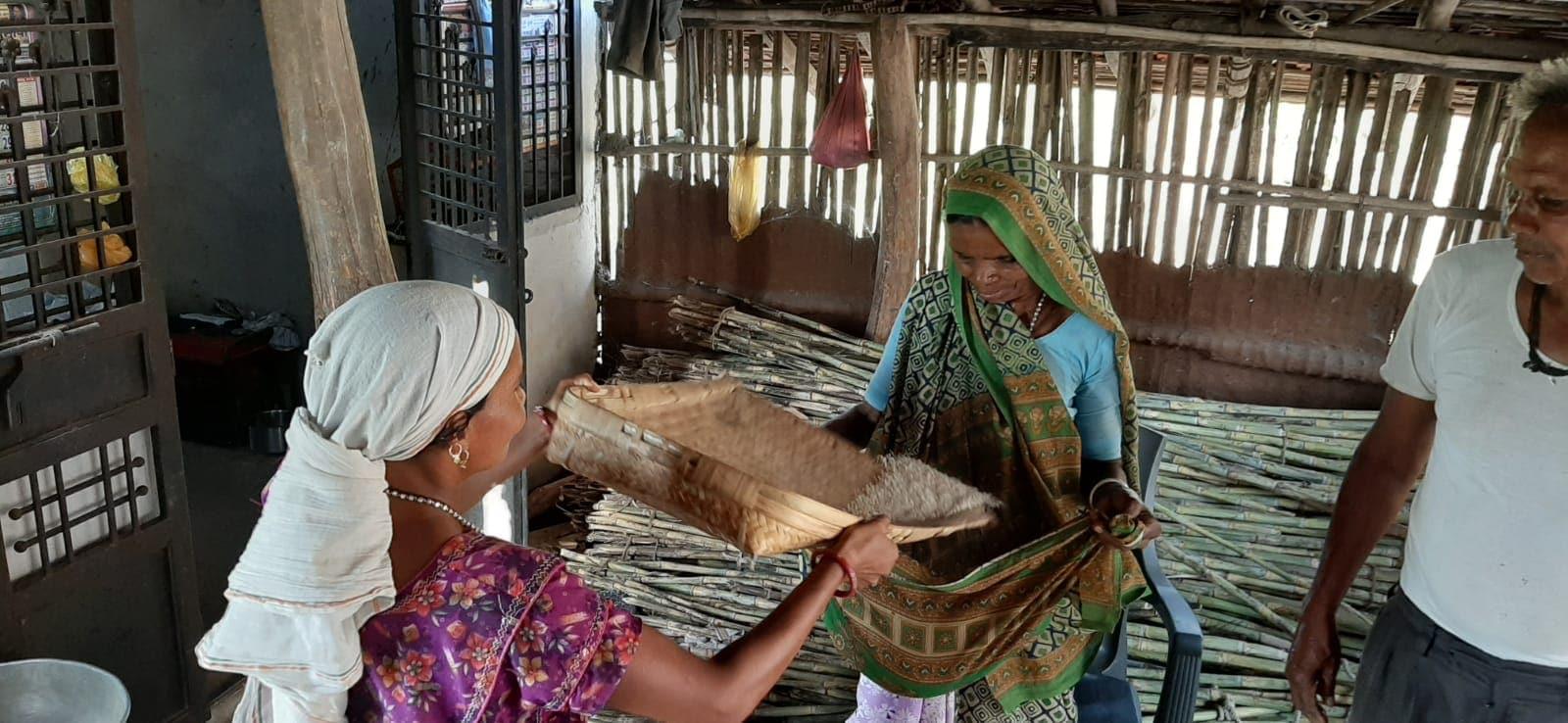 કોરોનાના કેહેર વચ્ચે હાલ લોકો લોકડાઉનમાં ઘરની ચાર દીવાલો વચ્ચે દિવસો પસાર કરી રહ્યા છે.લોકડાઉનને કારણે લોકોના ધંધા રોજગાર ઠપ્પ થઈ પડ્યા છે.લોકડાઉનની વિપરીત અસર તમામ વર્ગના લોકો પર પડી છે.પણ આ તમામની વચ્ચે ગુજરાતના આદિવાસીઓ પોતાની જૂની પ્રણાલીનો અમલ કરવાનો ચાલુ કર્યો છે.
