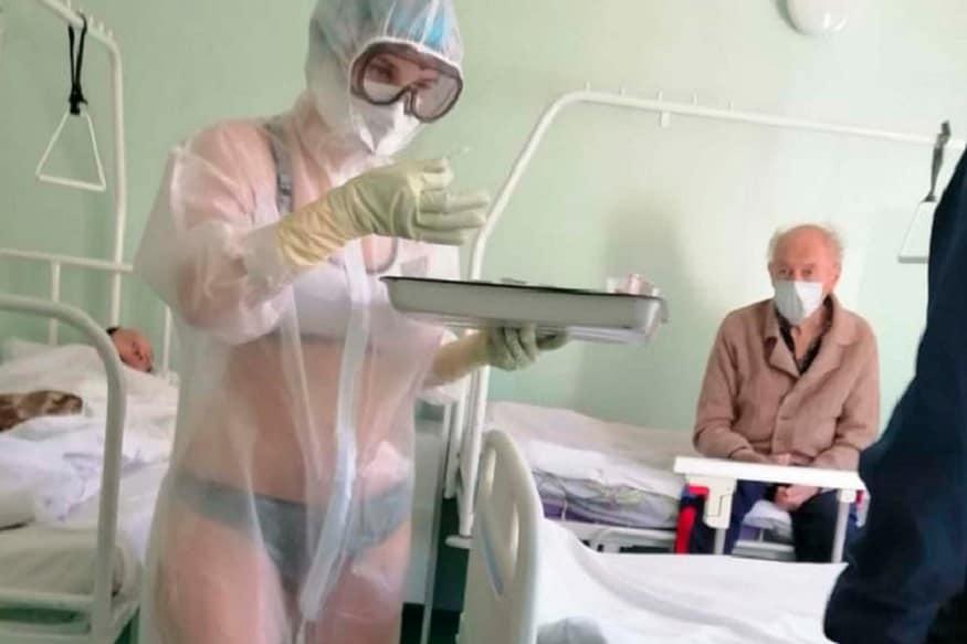 રશિયા (Russia)ની એક હોસ્પિટલમાં PPE સૂટ નીચે ખાલી ઇનર વેર (Inner Wear) પહેરી કોરોના પીડિત (Coronavirus)ની સારવાર કરતી એક નર્સનો ફોટો સોશિયલ મીડિયામાં (Social Media)માં હાલ ખૂબ જ વાયરલ થઇ રહ્યો છે. અનેક લોકો રશિયાની આ નર્સને ટૂ હોટ નર્સ કહીને પણ બોલાવી રહ્યા છે. જો કે રશિયાની આ નર્સ અને તેના અન્ય સાથીઓએ આ તસવીરો શેર કરનાર અને સોશિયલ મીડિયામાં હેલ્થ વર્કરનો મજાક ઉડાવનાર લોકોને કરારો જવાબ આપ્યો છે.