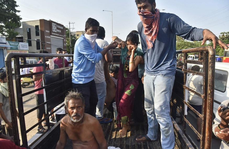 ગેસની અસર બાદ લોકોને જે હાથ લાગ્યું તે વાહનમાં સારવાર માટે ખસેડવામાં આવ્યા હતા. (Image: AP)