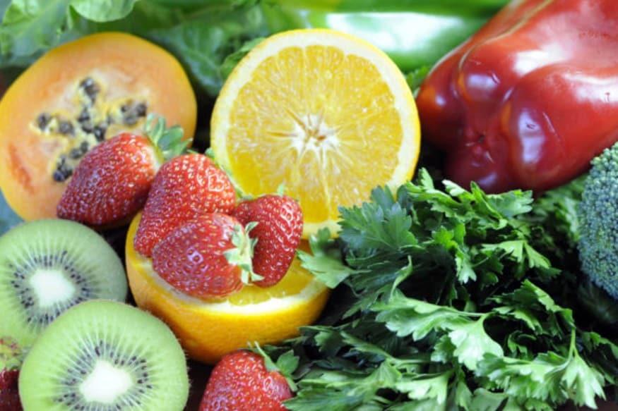 ફળો (Fruits)નું સેવન કરવું સ્વાસ્થ્ય માટે ખૂબ જ ફાયદાકારક છે. હકીકતમાં ફળોમાં વિપુલ પ્રમાણમાં વિટામિન્સ (Vitamins), મિનરલ્સ (Minerals) અને પૌષ્ટિક તત્વો હોય છે જે શરીરને તંદુરસ્ત અને સ્વસ્થ બનાવી રાખવામાં ખૂબ મદદ કરે છે. પરંતુ શું તમે એ વાત જાણો છો કે ફળોને યોગ્ય સમયે ખાવા જોઈએ. કોઈ પણ સમયે ફળો ખાવાથી શરીરને ફાયદાને બદલે નુકસાન થઈ શકે છે. એટલે કે કસમયે ખાવામાં આવેલા ફળો ફાયદાને બદલે નુકસાન પહોંચાડી શકે છે. અમે તમને જણાવી રહ્યા છીએ કે કયા ફળો (Citrus Fruits)ને રાત્રે બિલુકલ ન ખાવા જોઈએ.