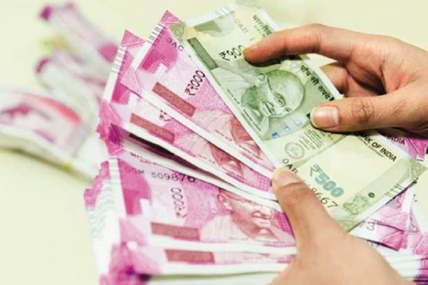 નવી દિલ્હીઃ પ્રધાનમંત્રી ગરીબ કલ્યાણ પેકેજ (Pradhan Mantri Garib Kalyan Package) હેઠળ પ્રધાનમંત્રી જનધન યોજના (PM Jan Dhan Yojana)ના મહિલા ખાતાધારકોના ખાતામાં 500-500 રૂપિયાના બીજા હપ્તાની રકમ આજથી જમા કરવામાં આવશે. આ ખાતામાં પૈસા ટ્રાન્સફર જનધન ખાતાના છેલ્લા નંબરના હિસાબથી કરવામાં આવશે. પૈસા 5 દિવસમાં ટ્રાન્સફર કરવામાં આવશે.
