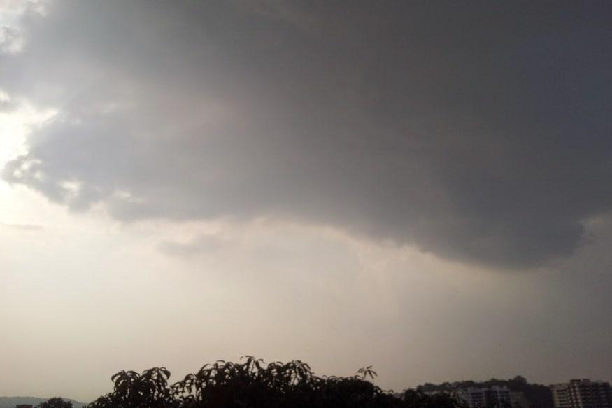સાબરકાંઠા જિલ્લાનાં ઇડર, હિંમતનગર, તલોદ, ખેડબ્રહ્મા સહિતનાં જિલ્લામાં વહેલી સવારથી આકાશ કાળા વાદળોથી ઘેરાયું છે. આ સાથે અરવલ્લી જિલ્લાના મોડાસા, શામળાજી, ઇસરોલ સહિત જિલ્લાના વાતાવરણમાં પલટો આવ્યો છે. વાદળછાયા વાતાવરણનાં કારણે ઠંડકનો માહોલ થતા એકબાજુ ગરમીથી આંશિક રાહત મળી છે જ્યારે બીજી બાજુ માવઠું થાય તેવો માહોલ સર્જાતા ખેડૂતોની ચિંતા વધી ગઇ છે. હવામાન વિભાગની આગાહી પ્રમાણે, દક્ષિણ ગુજરાતમાં આજે ગાજવીજ સાથે હળવા વરસાદની આગાહી કરવામાં આવી હતી. જ્યારે ઉત્તર ગુજરાત-સૌરાષ્ટ્ર-કચ્છમાં આગામી બુધવારથી શુક્રવાર દરમિયાન હીટ વેવની આગાહી કરવામાં આવી છે.