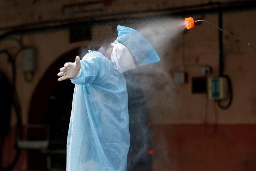 નવી દિલ્હીઃ કેન્દ્ર સરકારે (Central Government) સોમવારે સવારે કોરોના વાયરસ (coronavirus)ના હળવા લક્ષણો અને લક્ષણ વગરના દર્દીઓ માટે ક્વોરન્ટાઈન (Quarantine)માટે નવી સૂચનાઓ રજૂ કરી છે. હવે તપાસ માટે નમૂના આપ્યાની તારીખ જેમાં લક્ષણ ન દેખાયા હોય તેમને 10 દિવસ સુધી તાવ ન આવે તો, 17 દિવસ પછી કોરોના વાયરસની તપાસ કરાયા વગર ક્વોરન્ટાઈન સમાપ્ત કરી શકાય છે. (પ્રતિકાત્મક તસવીર)
