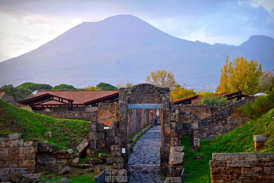 જ્વાળામુખીને કારણે શહેર બરબાદ થયું : Mount Vesuvius નામનો જ્વાળામુખી નેપલ્સ ખાડી સ્થિત છે. આ જ્વાળામુખી અત્યારસુધી 50 વખત ફાટી ચૂક્યો છે. પરંતુ સૌથી ખતરનાક વિસ્ફોટ આજથી લગભગ 1900 વર્ષ પહેલા 79 A.Dમાં થયો હતો. જે બાદમાં જ્વાળામુખીમાંથી નીકળેલો લાવા નદીની જેમ શહેર તરફ આગળ વધ્યો હતો. ગરમી એટલી વધી ગઈ હતી કે લોકોનું લોહી ઊકળવા લાગ્યું હતું અને ટપોટપ મોત થવા લાગ્યા હતા. જે બાદમાં શહેર વેરાન થઈ ગયું હતું. જ્યારે આ શહેરની શોધ કરવામાં આવી ત્યારે માલુમ પડ્યું હતું કે લોકો જેમની તેમ સ્થિતિમાં પડ્યા હતા. એક બાળકે બેસવાની સ્થિતિમાં જ દમ તોડી દીધો હતો. એટલે કે લાવાની ઝડપ એટલી હતી કે લોકોને કંઈ કરવાનો મોકો પણ મળ્યો ન હતો.