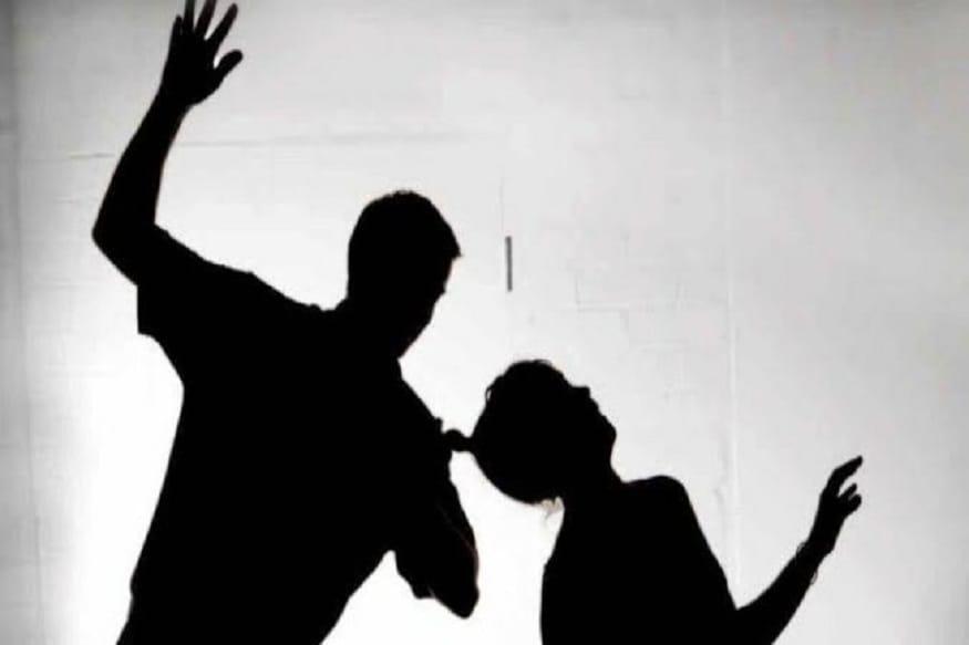 પતિ ટેસ્ટ કરાવવા માટે તૈયાર થયો નહીં ત્યારે પત્નીએ તેના ઉપર દબાણ કર્યું હતું. આ બાબતે બંને વચ્ચે ઝઘડો શરૂ થયો હતો. અને મારામારી સુધી પહોંચ્યો હતો. પત્નીએ આરોપ લગાવ્યો હતો કે, પતિએ તેને માર માર્યો હોત અને તેના વાળ પણ કાપ્યા હતા. (પ્રતિકાત્મક તસવીર)