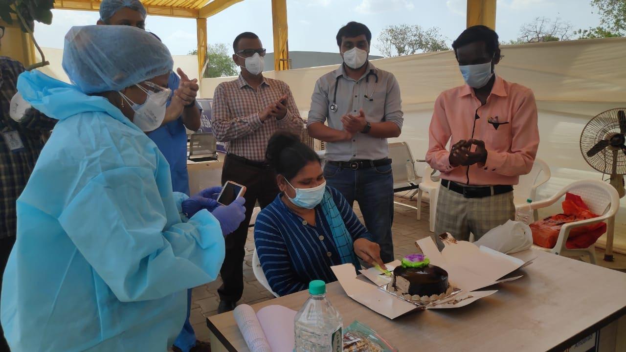 તરૂલતાબેનના જન્મદિવસે કેક લાવીને ડૉક્ટર્સ, નર્સ અને અન્ય સ્ટાફ દ્વારા જન્મદિવસની ઉજવણી કરવામાં આવી. 46 વર્ષની જિંદગીમાં પ્રથમ વખત આજે જન્મદિવસની કેક કાપીને ઉજવણી કરી જે તેઓના સમગ્ર જીવનકાળનો યાદગાર પ્રસંગ બની જવા પામ્યો છે. તરૂલતાબેન કહે છે કે, સિવિલ હૉસ્પિટલમાં દર્દીની ખુબ જ સારસંભાળ રાખવામાં આવે છે. કોરોનાની પરિસ્થિતિને ધ્યાનમાં રાખીને સ્વચ્છતા પણ ખૂબ જ સરસ રાખવામાં આવે છે તેમજ અહીંના ડૉક્ટર્સ, નર્સ અને અન્ય સફાઈકર્મીએ દિલથી અમારી કાળજી રાખે છે તેમ તરૂલતાબેને જણાવ્યું છે.