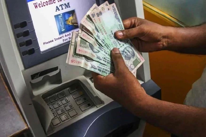 નવી દિલ્હીઃ કોરોના વાયરસને ધ્યાને લઈ દેશભરમાં લૉકડાઉનની લાગુ થયાના તરત બાદ નાણા મંત્રી નિર્મલા સીતારમણ (FM Nirmala Sitharaman)એ 24 માર્ચે જણાવ્યું હતું કે ATM ચાર્જિસ (ATM Charges)ને 3 મહિના માટે હટાવી દેવામાં આવી રહ્યા છે. નાણા મંત્રીની જાહેરાત બાદ ATM કાર્ડહોલ્ડર્સને આ સુવિધા મળી કે તેઓ કોઈ પણ બેંકના ATMથી કૅશ (ATM Cash Withdrawal) ઉપાડી શકશે. તે મુજબ તેમને વધારાના ટ્રાન્જેક્શન માટે કોઈ ચાર્જ નહીં આપવો પડે. આ છૂટ એપ્રિલ, મે અને જૂન મહિના સુધી હતી. આ છૂટની ડેડલાઇન હવે ખતમ થઈ રહી છે. નાણા મંત્રાલય કે બેન્કો તરફથી તેને લંબાવવા માટે કોઈ જાણકારી નથી આપવામાં આવી.