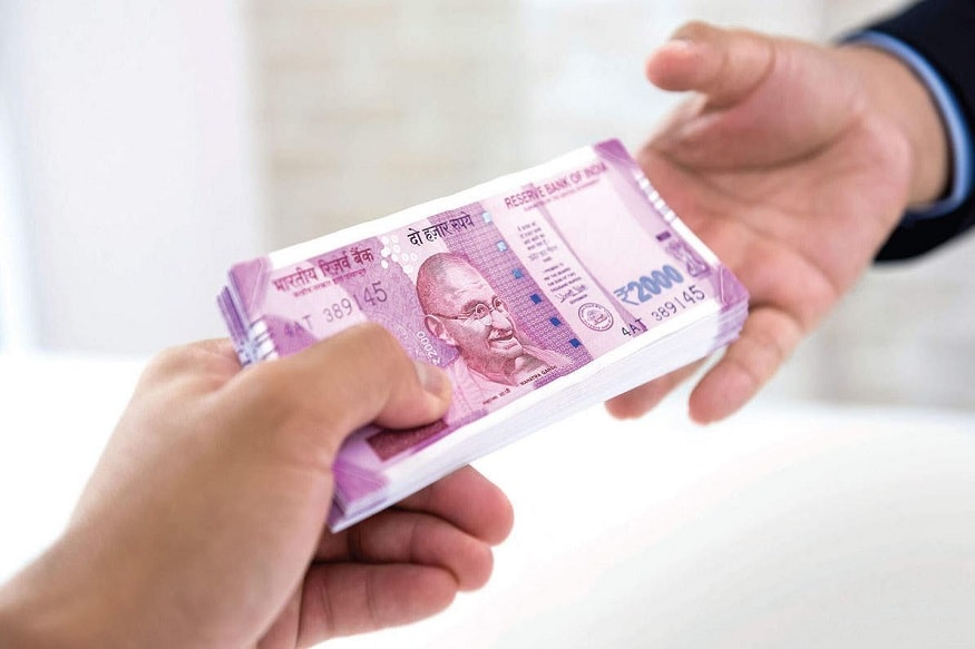 ભારતમાં દરેક ઘરમાં સોનું થોડી અને વધુ માત્રામાં હોય છે. કોરોના કાળમાં જો તમારે પૈસાની જરૂર હોય તો તને ગોલ્ડ લોન (Gold Loan) લઇ શકો છો. અને જ્યારે પૈસાની સગવડ કે નવી નોકરી મળી જાય ત્યારે ગોલ્ડ લોન ચુકવીને પોતાના ઘરેણાં પાછા લઇ શકો છો.