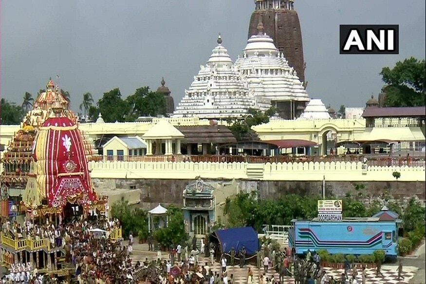 Jagannath Puri Rath Yatra 2020 : સુપ્રીમ કોર્ટ દ્વારા પૂરીમાં ભગવાન જગન્નાથની પાવન રથયાત્રા નીકાળવાના આદેશ પછી આજે હર્ષો ઉલ્લાસ સાથે પુરમાં ભગવાન જગન્નાથની નીકળી હતી. જો કે કોરોના કાળમાં નીકળેલી આ રથયાત્રા અનેક રીતે અલગ હતી. કોરોના સમયમાં ઓછામાં ઓછા લોકોની ભીડ સાથે આ યાત્રા નીકાળવાની અનુમતિ સુપ્રીમ કોર્ટે આપી હતી. જે મુજબ દર વર્ષે જે 1,500 લોકો આ ત્રણેય રથને નગરયાત્રા માટે ખેંચતા હતા તેના બદલે આ વખતે ખાલી 500 લોકો દ્વારા જ આ રથ ખેંચવામાં આવશે. આજે બપોરે 12 વાગે આ રથયાત્રાને નીકાળવામાં આવી હતી.