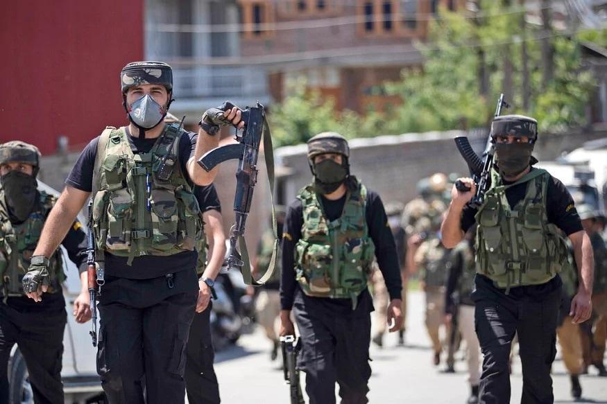 જમ્મુ કાશ્મીર (Jammu Kashmir)માં ભારતીય સુરક્ષાબળોની અદ્ઘભૂત કામગીરીના કારણે આંતકવાદીઓની રાતા પાણીએ રોવાનો વખત આવ્યો છે. ભારતીય સુરક્ષાબળોનો (Indian Security forces) એક પછી એક આંતકવાદીઓનો ખાતમો બોલાવીને આંતકીવાદીઓનો ગઢ કહેવાતા દક્ષિણ કાશ્મીરના પુલવામા સેક્ટરને આંતકીઓથી મુક્ત કર્યો છે. તમને જણાવી દઇએ ગત થોડા દિવસોથી જે રીતે ભારતીય સુરક્ષાબળોએ આંતકીઓને મોતને ઘાટ ઉતાર્યા છે તેનાથી કાશ્મીરના ત્રાલ ક્ષેત્ર હવે હિજ્બુલ મુઝાહિદ્દીનનો એક પણ સક્રિય આતંકવાદી નથી બચ્યો.