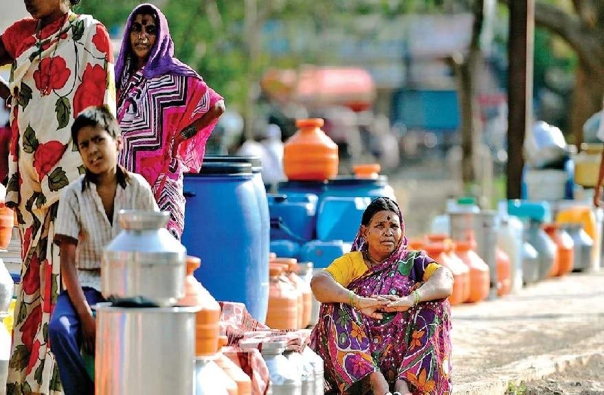 મહારાષ્ટ્ર એક તરફ જીવલેણ કોરોના વાયરસ (Coronavirus)ની માર સહન કરી રહ્યો છે. અને બીજી તરફ મુંબઇમાં જલ સંકટ ઊભો થયો છે. મુંબઇમાં પીવાના પાણીની સપ્લાય કરતા સાત તળાવ અને બંધોમાં હવે ખાલી 42 દિવસનું પાણી બચ્યું છે. મૉનસૂન (Monsoon)ના પહેલા મહિનામાં અપક્ષે કરતા ઓછા વરસાદના કારણે તળાવમાં પાણીનું સ્તર વધ્યું નથી. તેવામાં સ્પષ્ટ છે કે આવનારા સમયમાં મુંબઇવાસીઓને પાણીની તકલીફ વધી શકે છે. (Water Crisis)