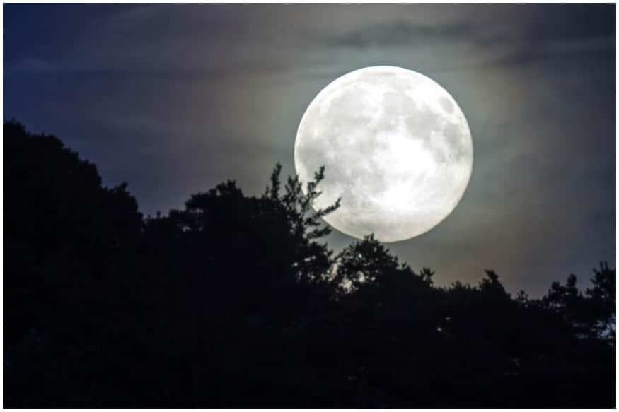 Chandra Grahan 2020 date and time : વર્ષ 2020નું બીજું ચંદ્રગ્રહણ 5 જૂન એટલે કે શુક્રવારે થશે (Lunar Eclipse). કોરોના કાળમાં આ આપદાને ચંદ્ર ગ્રહણ સાથે ખગોળ શાસ્ત્ર પણ મહત્વની માનવામાં આવે છે. ખગોળ વિજ્ઞાનનું માનીએ તો સૂર્ય, પૃથ્વી અને ચંદ્રમા જ્યારે સીધી રેખામાં આવે છે. અને પૃથ્વી અને સૂર્યની વચ્ચે ચંદ્ર હોય છે તો જેના કારણે ચંદ્રગ્રહણ સર્જાય છે. 2020નું આ બીજું ચંદ્ર ગ્રહણ અનેક રીતે મહત્વનું સાબિત થઇ શકે છે.
