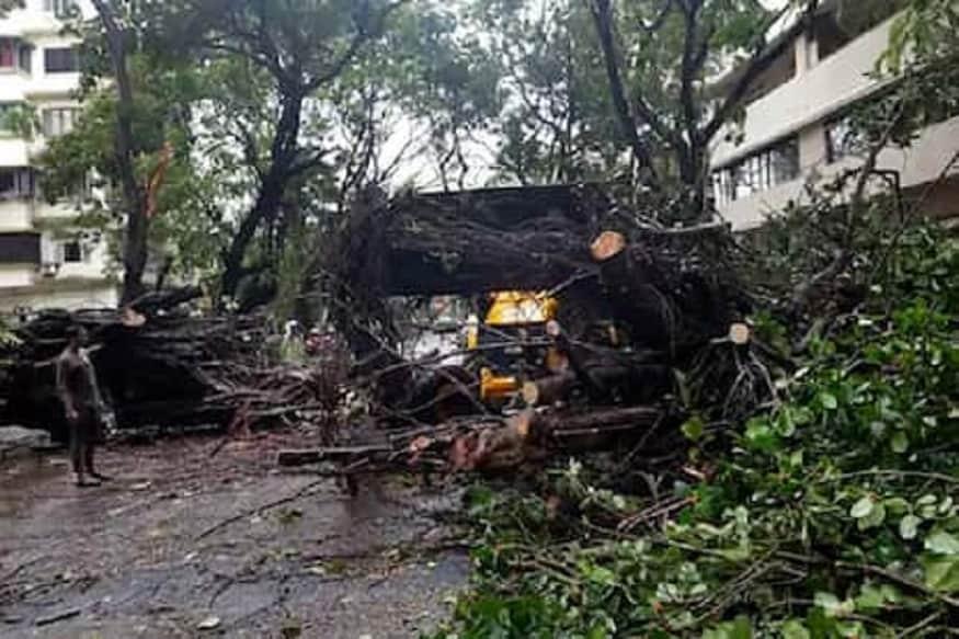ચક્રવાતી વાવાઝોડું નિસર્ગ બપોરે મહારાષ્ટ્રનાં પાલઘર અને મુંબઇમાં દરિયાકિનારે અથડાયું હતું. ચક્રવાત સાથે જોડાયેલી દુર્ઘટનામાં 2 લોકોના મોત થયા છે. જ્યારે 3 લોકો ઇજાગ્રસ્ત થયા છે. મહારાષ્ટ્ર્માં લેન્ડફોલ થયા પછી વાવાઝોડું નબળું પડ્યું હતું.
