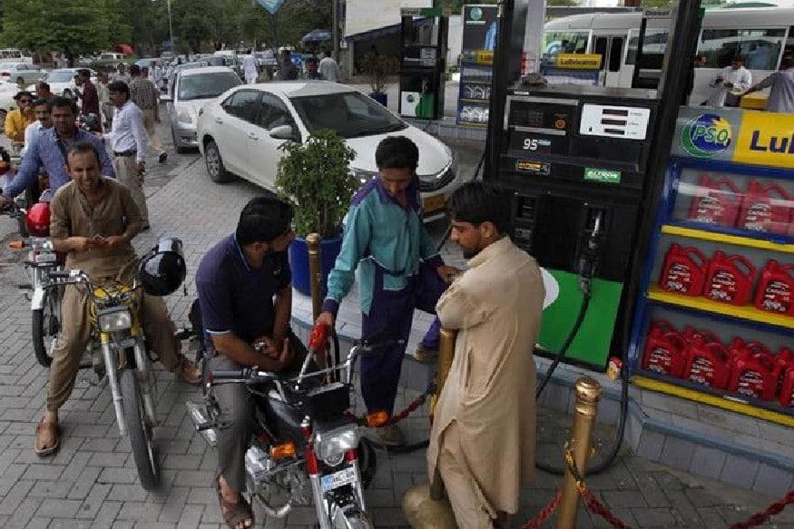 કરાચી : પાકિસ્તાન (Price Rise Pakistan)માં બેકાબૂ બની ગયેલી મોંઘવારીએ આમ આદમીની કમર તોડી નાખી છે. પેટ્રોલ અને ડીઝલ (Petrol-Diesel in Pakistan)ના ભાવ વધતા ખાણી-પાણીની તમામ વસ્તુઓનાં ભાવ સાતમાં આસમાને પહોંચી ગયા છે. પાકિસ્તાનના વર્તમાનપત્ર ડૉનને જાણાવ્યા પ્રમાણે પેટ્રોલની વર્તમાન કિંમતમાં એક સાથે 25.58 રૂપિયા (પાકિસ્તાની રૂપિયા)નો વધારે કરવામાં આવ્યો છે. હવે અહીં એક લીટર પેટ્રોલની કિંમત 100.10 રૂપિયા થઈ ગઈ છે. આ પહેલા પેટ્રોલની કિંમત 74.52 રૂપિયા પ્રતિ લીટર હતી.