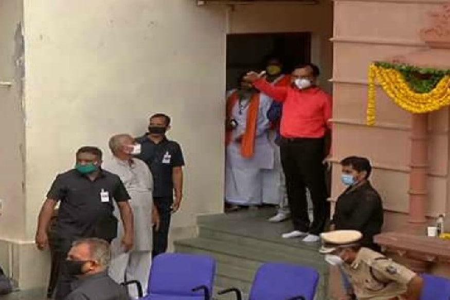 દીપિકા ખુમાણ, અમદાવાદ : સરકારના અનેક પ્રયાસો અને ભક્તોની લાગણી છતાં કોરોના વાયરસ મહામારી (Corona Pandemic)ને ધ્યાનમાં રાખીને હાઇકોર્ટે (Gujarat Highcourt) અમદાવાદમાં 143મી ભગવાન જગન્નાથની રથયાત્રા (Ahmedabad Jagannath Rathyatra) કાઢવાની મંજૂરી ન આપી. બીજી તરફ વ્યવસ્થાના ભાગરૂપે મંદિરમાં જગન્નાથ મંદિર ખાતે જ રથોને પરિક્રમા કરાવવામાં આવી હતી. જે બાદ રથોને મંદિરમાં ભક્તોના દર્શન માટે લાઇનમાં મૂકી દેવામાં આવ્યા છે. આ દરમિયાન રાજ્યના ગૃહ રાજ્ય પ્રધાન પ્રદીપસિંહ જાડેજા (Pradipsinh Jadeja) સતત ખડેપગે મંદિર ખાતે હાજર રહીને તમામ વ્યવસ્થા સંભાળી રહ્યા છે. મંદિરમાં આવતા ભક્તોને કોઈ તકલીફ ન પડે તેની પણ તેઓેએ ખૂબ કાળજી રાખી હતી. આ દરમિયાન એક ક્ષણે તેમણે જેસીપીને બોલાવીને ભક્તો સામે લાકડી ન ઉગામવાની સૂચના આપી હતી.