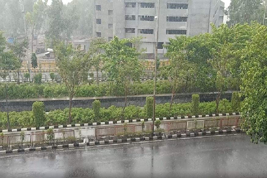 વરસાદને લઇને વાતાવરણ ઠડક પ્રસરી જવા પામી હતી, જોકે વરસાદને લઇને ઠડો પવન પણ ફુંકાવાનું શરુ થયું હતું, જેને લઇને સુરતનું વાતાવરણ ખુશનુમા બની ગયું હતું.