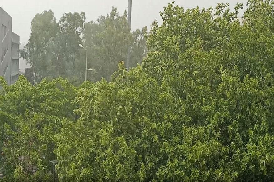 વરસાદને લઇને લોકો વરસાદની મજા માનતા પણ દેખાય હતા. પહેલા વરાળને લઇને લોકોમાં ખુશી જોવા મળી હતી.