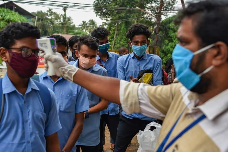 નવી દિલ્હીઃ ભારત (India)માં કોરોના વાયરસ (Coronavirus)નો કહેર દિવસે ને દિવસે વધતો જઈ રહ્યો છે. લૉકડાઉન (Lockdown)માં છૂટ આપ્યા બાદ કોરોના પોઝિટિવ કેસોની સંખ્યામાં મોટો ઉછાળો આવ્યો છે. ગુરુવારે કેન્દ્રીય સ્વાસ્થ્ય મંત્રાલય તરફથી આંકડાઓ જાહેર કર્યા છે તે મુજબ છેલ્લા ચોવીસ કલાકમાં દેશમાં 9304 નવા કેસ સામે આવ્યા છે અને એક જ દિવસમાં 260 દર્દીઓએ પોતાનો જીવ ગુમાવ્યો છે.