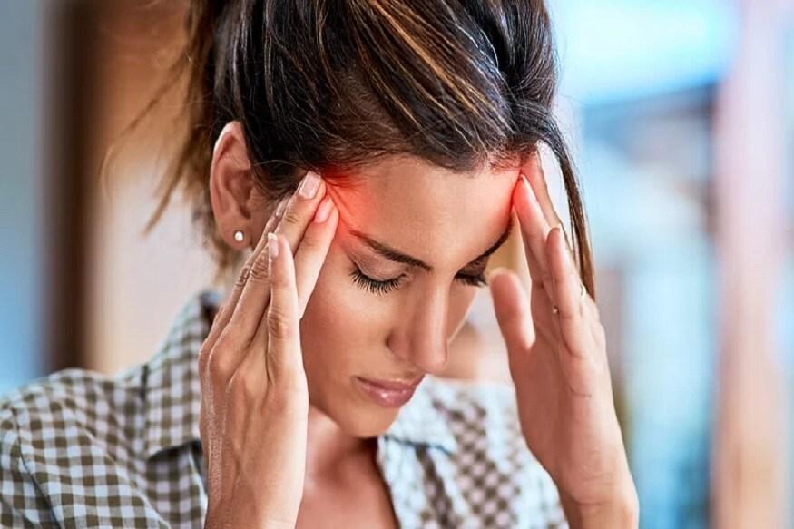 લાઇફ સ્ટાઇલ ડેસ્ક: આજનાં કોરોના કાળને કારણે હવે લાઇફ સ્ટાઇલમાં (lifestyle) ઘણો બદલાવ આવી ગયો છે. તો ઘણી વખત ખાવા પીવાની ખોટી આદતને કારણે માથાના દુખાવાની (Headache) સમસ્યા રહે છે. આ વર્ક ફ્રોમ હોમનાં સમયમાં આખો દિવસ કોમ્પ્યુટર, લેપટોપ કે ટીવીની સામે કામ કરનારા કે પછી બેસી રહેનારા લોકોને આ સમસ્યા સતાવતી હોય છે. ત્યારે આ સમસ્યા આમ તો મોટી છે. પણ લોકો તેને સામાન્ય ગણી લે છે અને તેનાં વિશે બોલવનું ટાળતા હોય છે. ત્યારે અમે આપની માટે આ સમસ્યાનું સમાધાન લઇને આવ્યાં છીએ. બજારમાંની કોઇપણ દવા લીધા વગર જડમૂળથી આપની આ બિમારીને દૂર કરતી કેટલીક આસાન ટિપ્સ લઇને આવ્યાં છીએ. (health tips)