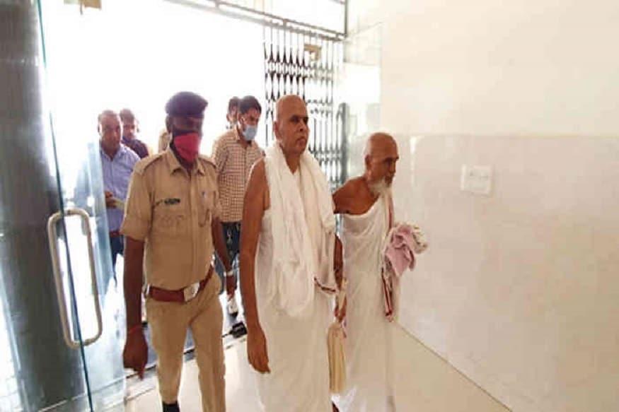 ઈડરના પાવાપુરી જલ મંદિરના બે જૈનમુની દુષ્કર્મ મામલે ઇડર કોર્ટે બંન્ને જૈન મુની કલ્યાણ સાગર તથા રાજતિલક સાગર (રાજા મહારાજ)નાં રિમાન્ડ ના મંજૂર કર્યા છે. પોલીસે આ મામલામાં 14 દિવસનાં રિમાન્ડ માંગ્યા હતા. ઇડર કોર્ટે 15000 રોકડ રકમ પર શરતી જામીન આપ્યાં છે. બંન્ને મુનીઓને જામીન મળતા જૈન સમાજમાં ખળભળાટ મચી ગયો છે. નોંધનીય છે કે મામલો સામે આવતા આ જૈન મુનીઓને નજરકેદ રાખવામાં આવ્યાં હતાં અને ચાર દિવસ બાદ ધરપકડ કરવામાં આવી હતી.