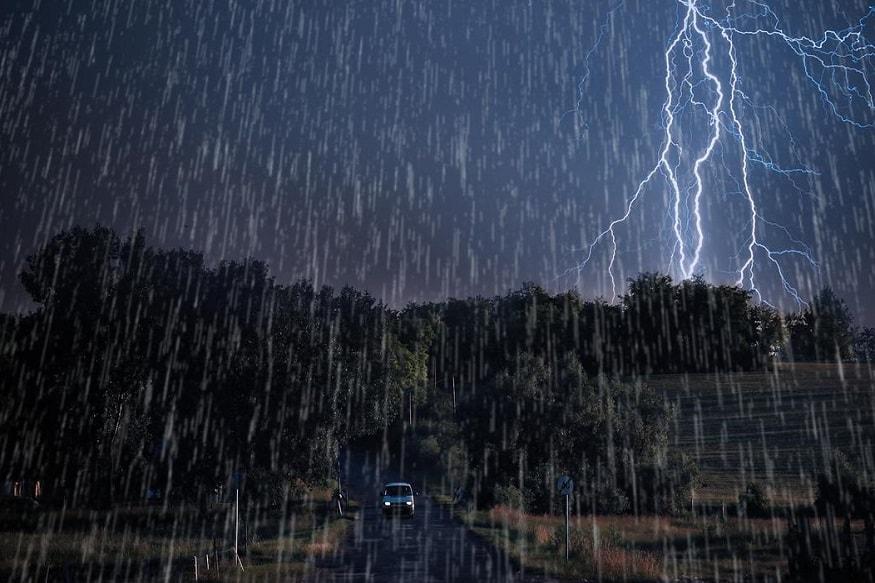 ગાંધીનગર : રાજ્યમાં (Gujarat) આજે એટલે શનિવારે સવારે 6 કલાક સુધીનાં મળતા આંકડા પ્રમાણે, છેલ્લા 24 કલાકમાં 187 તાલુકાઓમાં વરસાદ (rainfall) નોંધાયો છે. જેમા સૌથી વધુ મહેસાણા (Mahesana) જિલ્લાના વિજાપુર તાલુકામાં સાડા પાંચ ઇંચ વરસાદ નોંધાયો છે. જ્યારે અમદાવાદના દસ્ક્રોઈ તાલુકામાં સાડા ત્રણ ઇંચ અને વડોદરાના કરજણ તાલુકામાં સવા ત્રણ ઇંચ વરસાદ નોંધાયો છે. ખેડાના માતર અને મહેસાણાના બેચરાજીમાં ત્રણ ત્રણ ઇંચ વરસાદ નોંધાયો. 8 તાલુકાઓમાં બે ઇંચ જ્યારે 174માં એકથી દોઢ ઇંચ વરસાદ નોંધાયો છે. જ્યારે રાતે 12 કલાક સુધી મળેલા આંકડા પ્રમાણે છેલ્લા 24 કલાકમાં 144 તાલુકામાં વરસાદ (Rainfall) પડ્યો હતો. જેમા સૌથી વધુ ખેડા (Kheda) જિલ્લામાં વરસાદ ખાબક્યો છે. આ સાથે વડોદરા અને પાટણમાં પણ મેઘરાજાએ ધમાકેદાર બેટિંગ કરી છે. 144 તાલુકામાં મહત્તમ ત્રણ ઇંચ જેટલો વરસાદ નોંધાયો છે. (પ્રતિકાત્મક તસવીર)