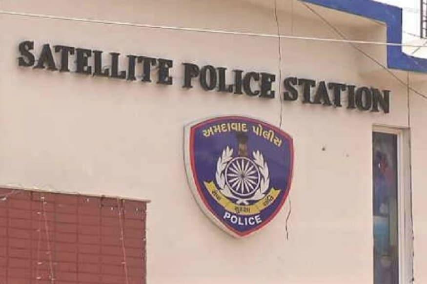 સેટેલાઈટ પોલીસે એક કૌભાંડમાં ત્રણ લોકોની ધરપકડ (arrest) કરી છે. ભરતસિંહ સોલંકી, પાર્થ ઓડ અને કૌશલસિંહ ઉર્ફે મુન્નો ગોહિલ નામના આ ત્રણ વ્યક્તિઓ સામે કુલ ચાર ફરિયાદ નોંધાઈ છે. આ ત્રીપુટીએ વોડાફોનના કોન્ટ્રાક્ટમાં ગાડી મુકવાના બહાને 15 લોકો પાસેથી ગાડી મેળવી લીધી હતી અને ગાડીનું ન તો ભાડું ચૂકવ્યુ કે ન તો કોઈ વળતર આપ્યુ હતું.