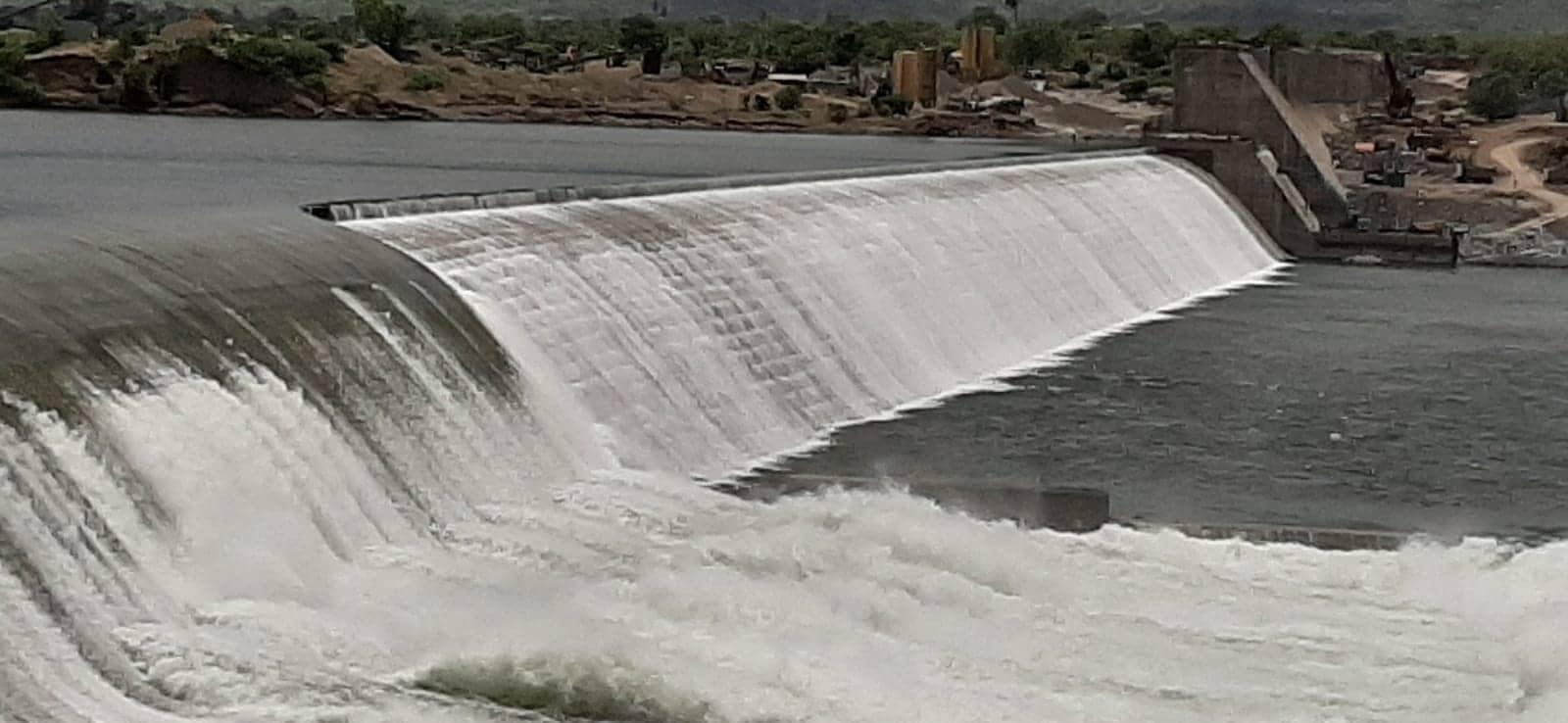 તો બીજી બાજુ નર્મદા ડેમમાં લાઈવ સ્ટોરેજ પાણીનો જથ્થો 2571 મિલીયન ક્યુબીક મીટર છે તો બીજી બાજુ મુખ્ય કેનાલમાં 10907 ક્યુસેક પાણી છોડાય રહ્યું છે.સરદાર સરોવર નર્મદા ડેમમાંથી નર્મદામાં 40,000 ક્યુસેક પાણી છોડાતા નર્મદા નદી બે કાંઠે વહેતી થઇ છે.