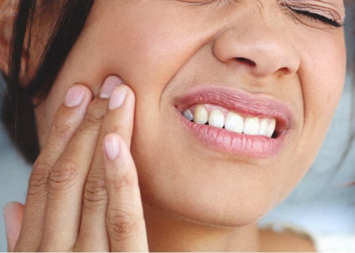જાંબુ દાંતને સ્વસ્થ બનાવવામાં પણ ખૂબ ફાયદાકારક માનવામાં આવે છે. જો તમને દાંત કે પેઢામાં દુખાવો કે બ્લીડિંગની સમસ્યા છે તો તમે તેને મંજનની જેમ ઉપયોગ કરો. નિયમિત રીતે આ પાઉડરથી મંજન કરવાથી તમારી સમસ્યા થોડાક દિવસમાં જ સારી થઇ જશે.