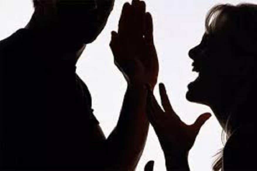 ઢોર માર મારવાથી નારાજ પત્ની પતિ વિરુદ્ધ ફરિયાદ કરવા માટે પોલીસ સ્ટેશન પહોંચી હતી. પત્નીએ પોલીસ સામે સમગ્ર ઘટના ક્રમનું વર્ણન કર્યુ હતું. અને આરોપી પતિને જેલના સળિયા પાછળ ધકેલવાની માંગણી કરીહતી. (પ્રતિકાત્મક તસવીર)