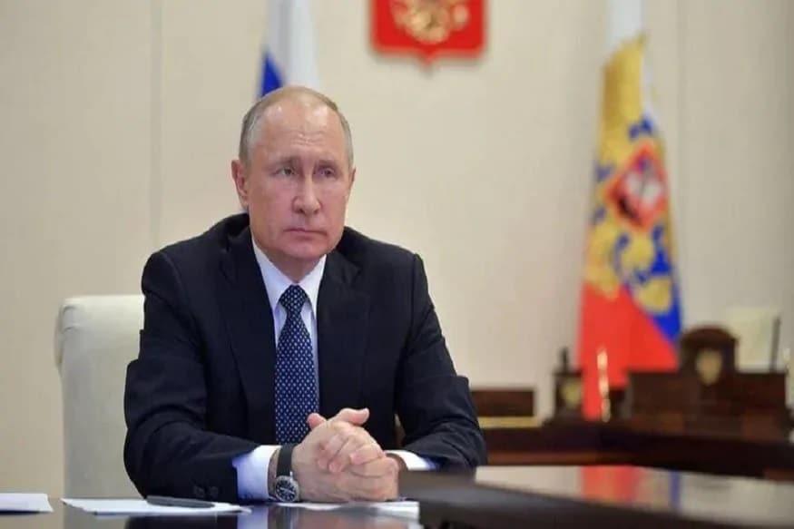 બ્લૂમબર્ગના એક રિપોર્ટ પ્રમાણે રશિયાના અબજોપતિ અને રાજનેતાઓને કોરોના વાયરસની પ્રોયોગિક વેક્સીન એપ્રિલમાં જ આપી દેવામાં આવી હતી. રિપોર્ટમાં કહેવામાં આવ્યું છે કે રાષ્ટ્રપતિ પુતિનને આ વેક્સીન આપવામાં આવી છે કે નહીં તે કન્ફોર્મ નથી. જોકે જે રીતે બધા ટોચના રાજનીતિક નેતાઓ, સરકારી અધિકારી અને અબજોપતિને આપવામાં આવી છે તો પુતિનને ના આપવામાં આવી હોય તેની સંભાવના ઘણી ઓછી છે. રિપોર્ટ પ્રમાણે જે અમીરોને આ વેક્સીન આપવામાં આવી છે તેમાં એલ્યુમિનિયમની વિશાળ કંપની યૂનાઇટેડ રસેલના શીર્ષ અધિકારી, અબજોપતિ અને સરકારી અધિકારી સામેલ છે. આ વેક્સીન મોસ્કો સ્થિત રશિચાની સરકારી કંપની ગમલેયા ઇન્સ્ટીટ્યૂટે એપ્રિલમાં તૈયાર કરી હતી.
