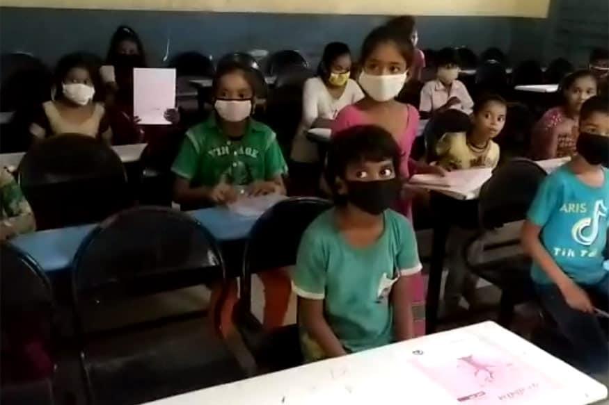 અમદાવાદ : હાલ કોરોનાની મહામારી (Corona Pandemic)ને પગલે આખા દેશમાં સ્કૂલ (School) અને કૉલેજો બંધ રાખવામાં આવી છે. ગુજરાતમાં પણ હાલ સ્કૂલ-કૉલેજો શરૂ કરવાની મંજૂરી નથી આપવામાં આવી. આ ઉપરાંત વિદ્યાર્થીઓને સ્કૂલ કે કૉલેજ બોલાવવા પર પણ પ્રતિબંધ મૂકી દેવામાં આવ્યો છે. બીજી તરફ અમદાવાદ મ્યુનિસિપલ કોર્પોરેશન (Ahmedabad Municipal Corporation) હસ્તકની એક સ્કૂલમાં બંધ બારણે પરીક્ષા (Examination) લેવામાં આવી રહી હોવાની માહિતી સામે આવી છે. આ મામલે વીડિયો પણ સામે આવ્યો છે. બીજા એક બનાવમાં અમદાવાદના 16 શિક્ષકોનો કોરોના રિપોર્ટ પોઝિટિવ હોવાનો સમાચાર આવ્યા છે. આ શિક્ષકોને ડોર ટૂ ડોર સર્વેની કામગીરી સોંપવામાં આવી હતી. આ તમામ શિક્ષકો અમદાવાદ નગર પ્રાથમિક સ્કૂલના હોવાનું માલુમ પડ્યું છે.