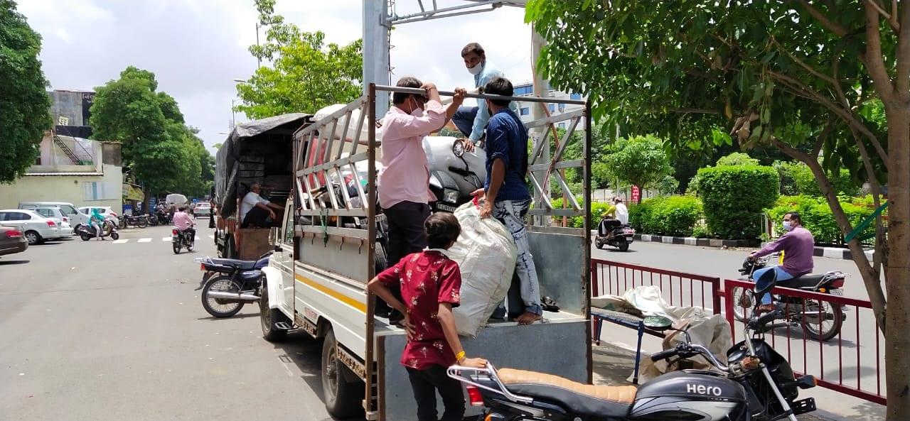 કોરોના વાઇરસનું સંક્રમણ વધતાની સાથે દેશમાંતમામ જગ્યાપર સરકાર દ્વારા લોકડાઉનજાહેર કરવામાં આવ્યુ હતું. સુરત શહેર આમ તો ગુજરાતનું આર્થિક પાટનગર કહેવાય છે અને સુરતના મહત્વના બે ઉધોગ ડાયમંડ અને કાપડ બંને લોકડાઉનને લઈને બંધ રાખવામાં આવતા અહીંયારોજી રોટીની તલાશમાં આવેલા લોકો પોતાના વતન તરફ હિજરત કરી હતી. જોકે 70 દિવસ બાદ લોકડાઉન ખુલતા સુરતમાં સૌથી પહેલા ડાયમંડ ઉધોગ શરૂથતા ડાયમંડ ઉધોગમાં કામ કરતા રત્નકલાકારો પોતાના વતન સૌરાષ્ટતરફ હિજરત કરી ગયાહતા તે પરત ફરતા થયા હતા.