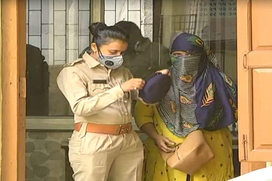 કિર્તેશ પટેલ, સુરત :સુરતના (Surat) કાપડ વેપારીને ફેસબુક (Facebook) મારફતે મહિલા સાથે મિત્રતા કરવી ભારે પડી. મહિલા મિત્ર સાથે શારીરિક સબંધ (Physcial relation) બનાવ્યા બાદ મહિલાએ (woman) પોલીસમાં બળાત્કારની ફરિયાદ કરી 10 લાખ રૂપિયા માંગ્યા હતા. શારીરિક સબંધ બાંધી બ્લેક મેઈલ (blackmail) કરી રૂપિયા પડાવતીગેંગ પહેલાં તો પોતાના જાળમાં ફસાવી હની ટ્રેપમાં લોકોને ફસાવે અને પછી બ્લેકમેઈલ કરી રૂપિયા પડાવે છે. ત્યારે આ ગેંગ વિરુદ્ધ એક કાપડના (cloth merchant) વેપારી દ્વારા ફરિયાદ નોંધવામાં આવી હતી.