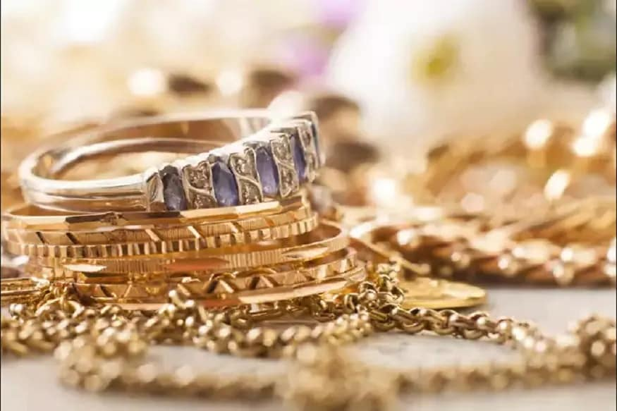 સોવરેન ગોલ્ડ બોન્ડમાં ઈન્વેસ્ટ કરવાની તકઃ ચાલુ નાણાકીય વર્ષ 2020-2021 માટે સોવરેન ગોલ્ડ બોન્ડ (Sovereign Gold Bond)નાં ચોથા ટ્રાંચને સબ્સક્રાઇબ કરવાની તક આજથી શરૂ થઇ રહી છે ઝએવામાં આપ પણ ઓછા પૈસા અને વધુ ચૂટની સાથે ગોલ્ડમાં ઇનવેસ્ટ કરવાં ઇચ્છોછોતો કરી શકો છો. (પ્રતિકાત્મક તસવીર)