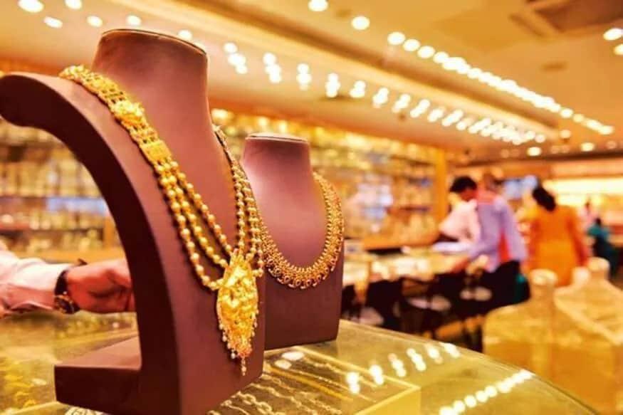 અમદાવાદમાં સોના-ચાંદીનો ભાવ (Gold-Silver price in Ahmedabad) : અમદાવાદ સોના ચાંદી બજારમાં દિવસ દરમિયાનના કારોબાર બાદ (Gold Rates) સોનું સ્ટાન્ડર્ડ (99.9) 50,900 રૂપિયા અને સોનું તેજાબી (99.5) 50,700 રૂપિયા પ્રતિ 10 ગ્રામ બંધ રહ્યું હતું. આમ સોનામાં પાછલા બંધ ભાવની તુલનાએ 900 રૂપિયાનો ઉછાળો નોંધાયો હતો. (પ્રતિકાત્મક તસવીર)