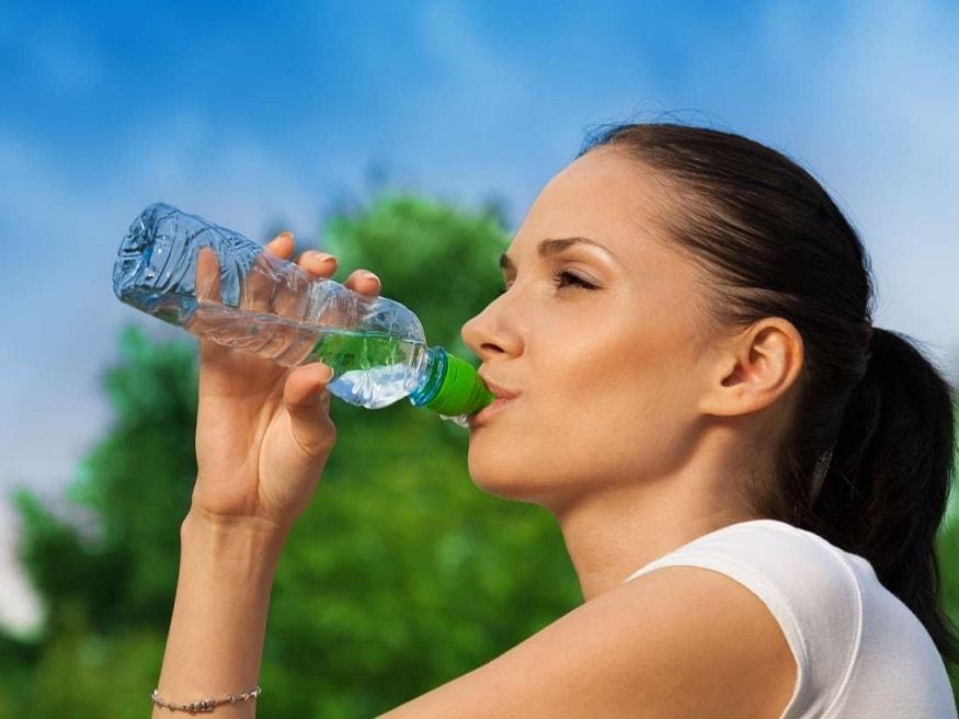 3.ખુબ બધુ પાણી પીઓ- તમારે કોઇપણ રોગનો સામનો કરવો હોય તો તે માટે તમારા શરીરમાં પાણીનું પ્રમાણ સંતુલીત રાખવું પડે. તે માટે તમારે દરરોજનું ઓછામાં ઓછું 4-5 લીટર પાણી પીવું જ જોઇએ. આ ટેવ તમારું હાર્ટ હેલ્ધી રાખશે.