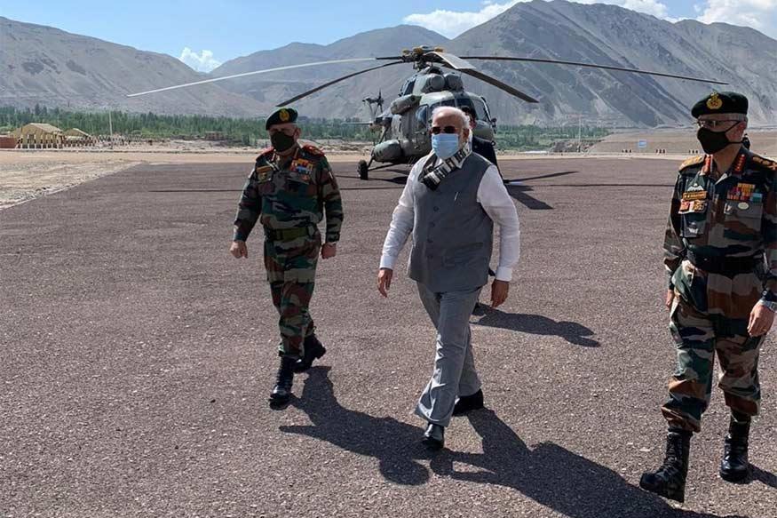 પૂર્વ લદાખમાં LAC પર હાલમાં ભારત અને ચીનની વચ્ચે તણાવની સ્થિતિ છે. કહેવામાં આવી રહ્યું છે કે ગત મહિને ગલવાન ઘાટી (Galwan Valley)માં હિંસક ઘર્ષણ બાદ બંને દેશોની સેના સામસામે છે. આ દરમિયાન શુક્રવાર સવારે પીએમ નરેન્દ્ર મોદી (PM Narendra Modi) સેના (Indian Army)નો ઉત્સાહ વધારવા માટે લદાખ પહોંચ્યા. તેઓએ નીમૂ પોસ્ટ પર સૈનિકો સાથે વાતચીત કરી.