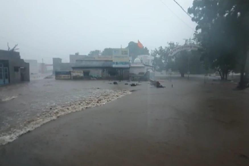 રાજકોટ : ગુજરાતમાં ત્રણ દિવસની ભારે વરસાદની આગાહી વચ્ચે છેલ્લા 24 કલાકમાં 174 તાલુકામાં વરસાદ વરસ્યો છે. સૌથી વધારે ખંભાળિયામાં 18.5 ઇંચ વરસાદ નોંધાયો છે. જ્યારે પોરબંદર અને રાણાવાવમાં 10 ઇંચ વરસાદ ખાબક્યો છે. દ્વારકા જિલ્લાનાં ખંભાળિયામાં સાંજે માત્ર બે કલાકમાં જ આભ ફાટયું હતુ અને 12 ઇંચ વરસાદ વરસ્યો હતો.