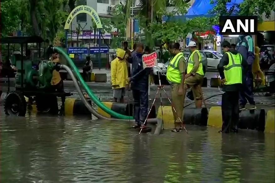 આ ઉપરાંત સાયન પોલીસ સ્ટેશનના ગેટ અને સારપાસના વિસ્તારોમાં પાણી ભરાયા છે અને વરસાદના કારણે પાણી અંદરના ભાગ તરફ વધી રહ્યા છે. દર વર્ષની જેમ આ વર્ષે પણ આ પોલીસ સ્ટેશનમાં પાણી ભરાવવાનો ખતરો વધી ગયો છે.