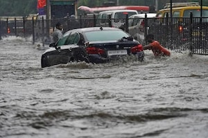 મુંબઈમાં ભારે વરસાદ થતાં કેટલાક વિસ્તારો પાણીમાં થયા તરતા, થાણેમાં બિલ્ડિંગ ધરાશાયી