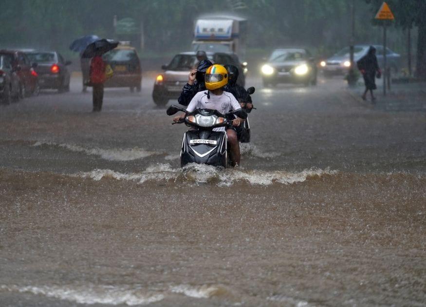 ભારતીય હવામાન વિભાગ મુજબ પશ્ચિમ-મધ્ય અને બંગાળની ખાડીમાં ચક્રવાતી ક્ષેત્ર બન્યું છે. જેના કારણે ગુજરાત (Gujarat Rain) (Monsoon Rains update) અને મહારાષ્ટ્રમાં ભારે વરસાદ થશે. જો કે મુંબઇના (Mumbai rain) ચેમ્બૂર અને અંધેરીના અનેક વિસ્તારોમાં પાણી ભરાવાની સ્થિતિ ઊભી થઇ છે. હવામાન વિભાગે મુંબઇમાં બપોરે 1 વાગ્યા સુધી હાઇ ટાઇઝની ચેતવણી આપી હતી. તો સાથે જ ગુજરાતમાં (Gujarat) પણ વરસાદની ખરાબ સ્થિતિને જોતા કચ્છ અને રાજકોટ (Rajkot)માટે એનડીઆરએફની 7 ટીમો (NDRF) રવાના કરવામાં આવી છે.