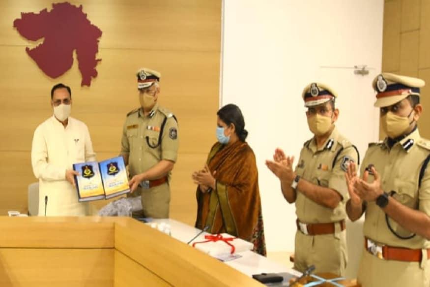 ગુજરાત પોલીસ મેન્યુઅલ – 2020 ડ્રાફ્ટને ત્રણ ભાગમાં તૈયાર કરવામાં આવ્યો છે. આ ત્રણ ભાગમાં CRPC, IPC, પુરાવા અધિનિયમ, POCSO, Act.2012, એસ.સી-એસ.ટી.સુધારા અધિનિયમ-2015, જુવેનાઇન જસ્ટિસ (સીપીસ) એક્ટ 2015, અનલોકૂલ એક્ટિવિટીઝ (પ્રિવેન્શન) સુધારા અધિનિયમ એક્ટ-2014, ઇન્ફોર્મેશન ટેક્નોલોજી અધિનિયમ-2008નો સામાવેશ થયો છે. તદઉપરાંત આ ત્રણ ભાગમાં નવી ટેક્નિક જેમ કે સાયબર ફોરેન્સિક લેબ, સાયબર ક્રાઇમ તપાસ સાધનો, સોશિયલ મીડિયા મોનિટરિંગ ટૂલ્સ તેમજ અમલમાં આવેલ અન્ય સુધારાઓને પણ આવરી લેવામાં આવ્યા છે.