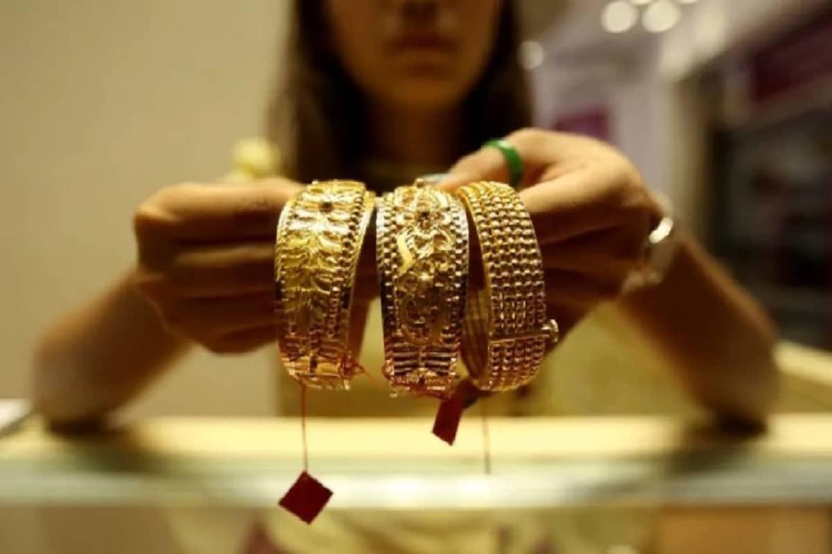 અમદાવાદમાં સોના-ચાંદીના ભાવ (Gold-Silver price in Ahmedabad) : અમદાવાદ બુલિયન માર્કેટમાં એક કિલો ચાંદીના ભાવમાં 1000 રૂપિયાનો વધારો થતાં ચાંદી ચોરસાનો ભાવ 73,000 રૂપિયા અને ચાંદી રુપુંનો ભાવ 72,800 રૂપિયાની ઊંચી સપાટીએ પહોંચ્યો હતો.