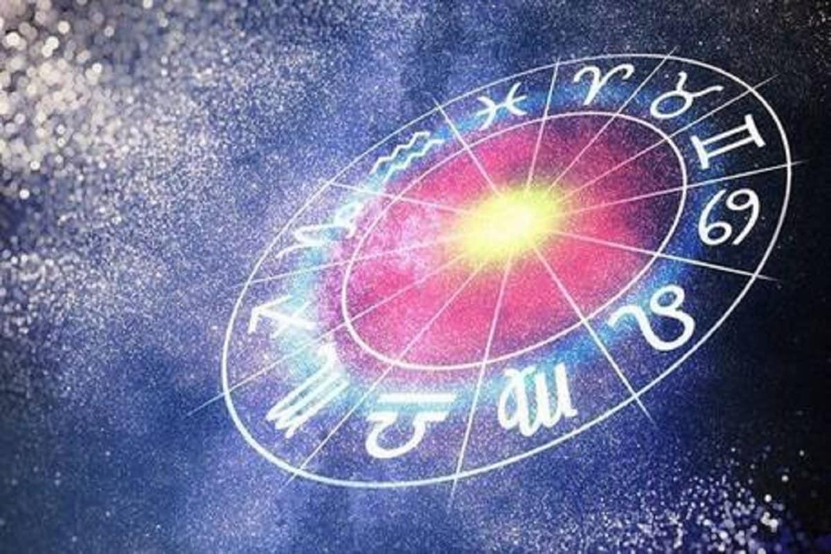 ધર્મભક્તિ ડેસ્કઃ બધા લોકો સુખ સુવિધા ભર્યું જીવન વિતાવા માંગે છે. જેથી પોતાના સપાઓને પુરા કરી શકે. પરંતુ કેટલાક લોકો ભારે મહેનત કરવા છતાં પણ સફળતા મળતી નથી. જેને તેઓ પામવા ઈચ્છે છે. જ્યારે કેટલાક લોકો નાની ઉંમરમાં પણ ધનવાન બની જાય છે. જ્યોતિષ શાસ્ત્ર (Astrology) પ્રમાણે 12 રાશિઓમાં કેટલીક એવી રાશિઓ હોય છે જેમની સાથે હંમેશા ભાગ્ય રહેશે. અને લક્ષ્મીજી હંમેશા પોતાની કૃપા વરસાવે છે. જેના કારમે તેઓ નાની ઉંમરમાં પણ ધનવાન બની જાય છે. ચાલો જાણીએ એવી રાશિઓના જાતકો અંગે જેઓ નાની ઉંમરમાં જ ધનવાન બનવાના ગુણ હોય છે.