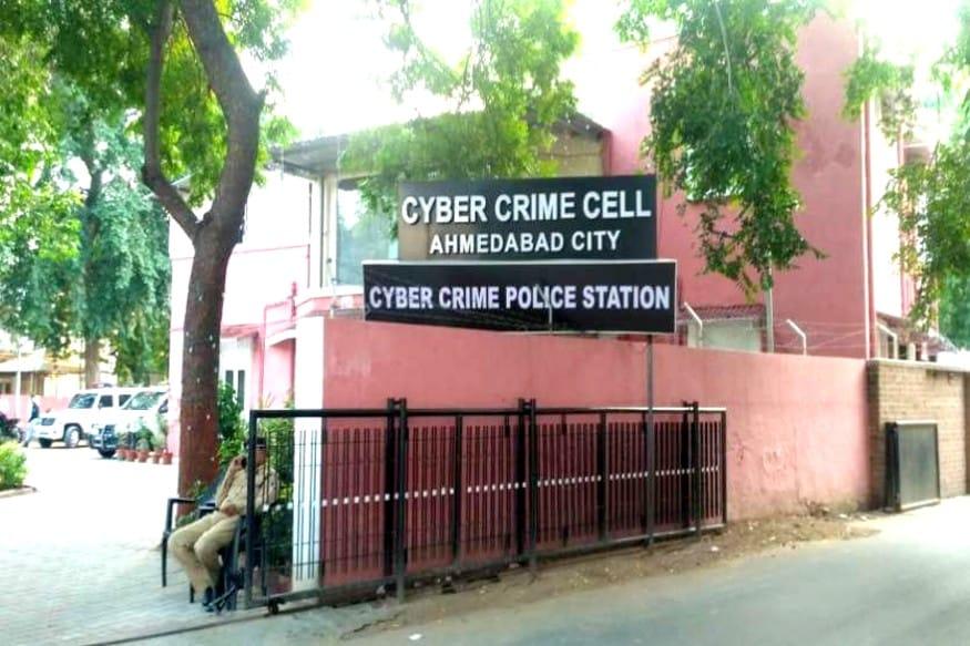ઋત્વીજ સોની, અમદાવાદ - દિવસે ને દિવસે સાયબર ક્રાઇમ (Cyber crime Gujarat) કરતા ગઠીયા ઓનો આતંક વધી રહ્યો છે. અવનવી મોડેસ ઓપરેન્ડીથી આ ગઠીયા ઓ લોકો પાસે પૈસા પડાવી રહ્યા છે. ત્યારે ક્રેડિટ કાર્ડ અપડેટ (Credit card cheating) કરી લિમિટ વધારી આપવાની લાલચ આપી ને ઠગાઈ નો બીજો કિસ્સો સામે આવ્યો છે. જેમાં સિવિલ હોસ્પિટલના (Doctor of civil hospital being cheated) તબીબ ભોગ બન્યા છે.