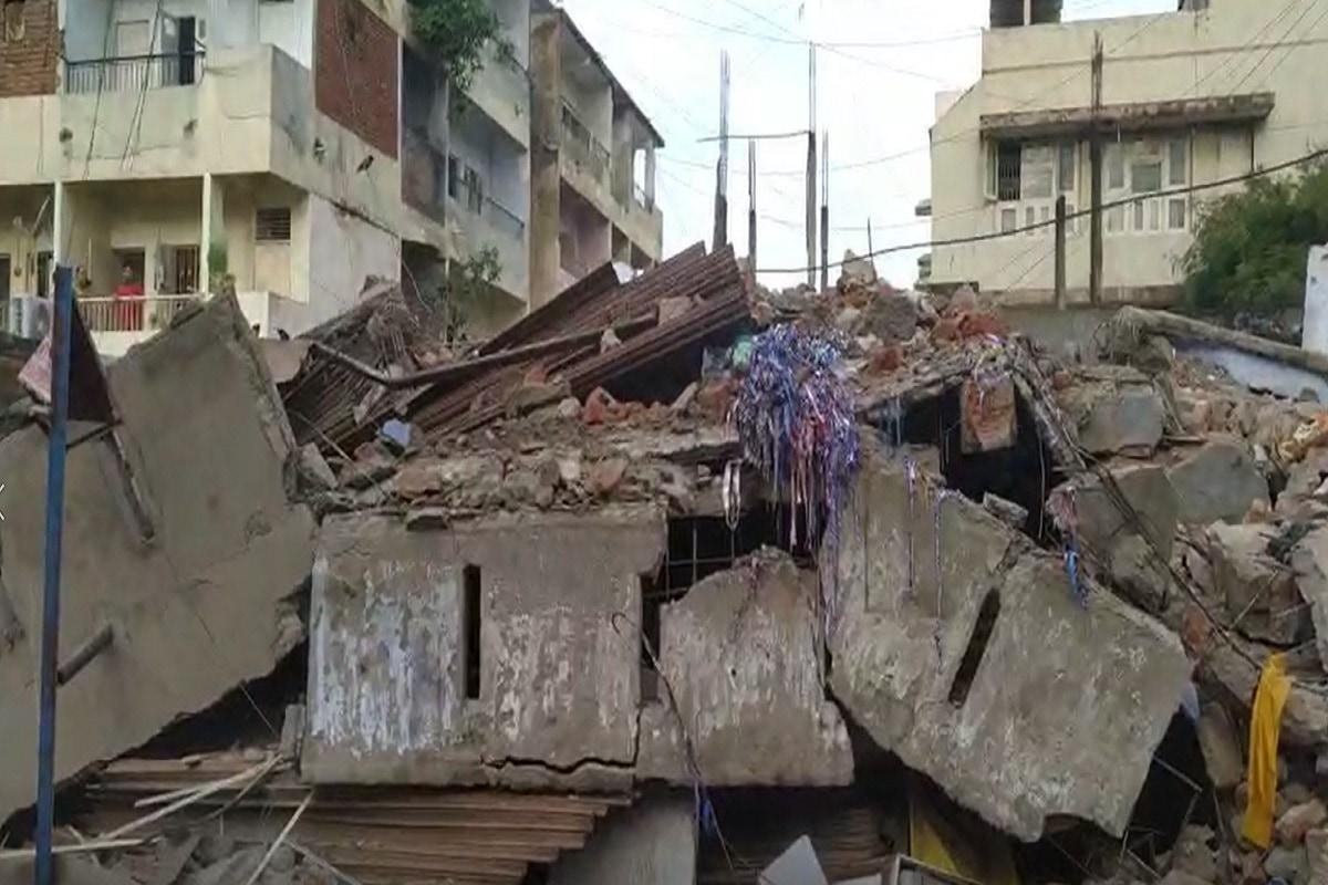 આ મકાન કૂબેરનગરના ફાટક પાસેના વિસ્તારોમાં આવેલું હતું. મકાનના કાટમાળ પરથી તે મોટી જગ્યામાં હોવાનું અનુમાન છે. આ કાટમાળમાંથી મૃતદેહ મળી આવ્યા બાદ સ્વજનોનો આંક્રદ શરૂ થઈ ગયો હતો.