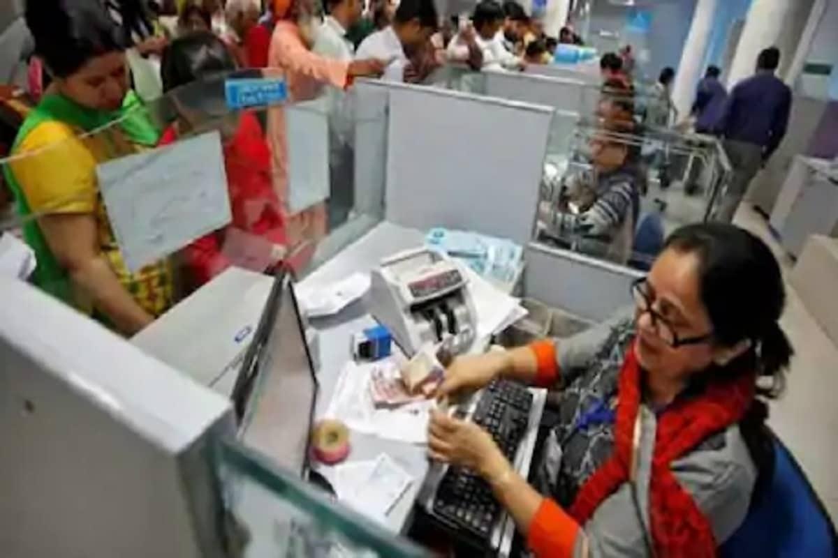 શ્રમ અને રોજગાર મંત્રાલય ( Ministry of Labor and Employment) નવા લેબર કોડ લાગુ (New Labour Codes)કરવા માટે તૈયાર છે. નવા લેબર કોડમાં કંપનીઓ માટે સરળતા હશે કે તેમના કર્મચારીઓને અઠવાડિયામાં ફક્ત ચાર દિવસ જ કામ કરાવે અને રાજ્ય વીમા હેઠળ મફત તબીબી ચેકઅપ પણ કરાવે. જોકે, ચાર દિવસ કામ કરવાની સરળતા હોવા છતાં કર્મચારીઓને અઠવાડિયામાં કુલ 48 કલાક કામ કરવું પડશે. આ લેબર કોડ હેઠળ કર્મચારીઓને ત્રણ દિવસની રજા મળશે, પરંતુ કામકાજના દિવસે 12 કલાક ફરજ બજાવવી પડશે. આ અંગે શ્રમ અને રોજગાર મંત્રાલયના (Secretary of Ministry of Labor and Employment) સચિવ અપૂર્વા ચંદ્રાએ સોમવારે માહિતી આપી હતી. પ્રતિકાત્મક તસવીર