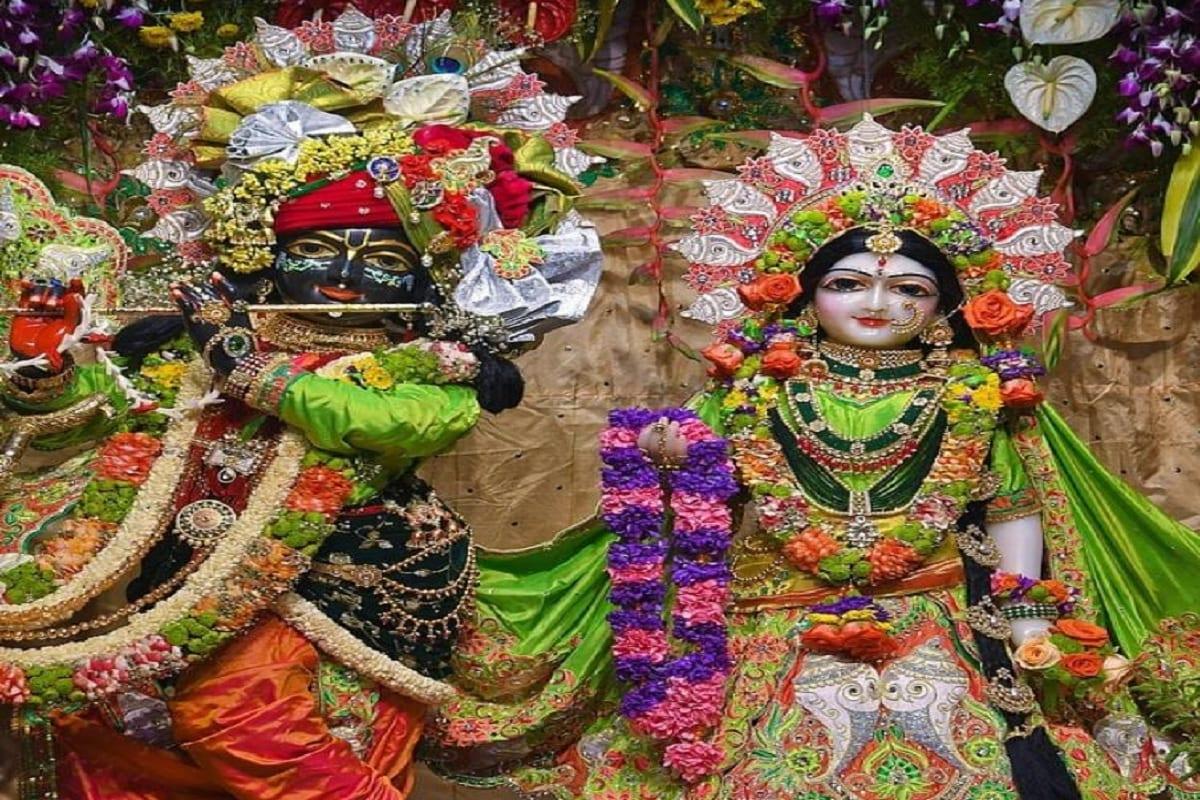 પ્રણવ પટેલ, અમદાવાદઃ કોવિડ - 19 મહામારીના (covid-19 pandemic) પગલે ભગવાન જગદીશ્વર શ્રી કૃષ્ણ જન્મ મહોત્સવની (Krishna birth festival) તડામાર તૈયારીઓ થઈ ગઈ છે. શહેર, રાજ્ય અને દેશના વિવિધ પ્રખ્યાત મંદિરોને દુલ્હનની જેમ સજાવવામાં આવ્યા છે. હરીભક્તો કૃષ્ણજન્મની આતૂરતાથી રાહ જોઈ રહ્યા છે. જગત પ્રસિદ્ધ દ્વારકાધીશ મંદિર (Dwarkadhish Temple) સહિત નાના મોટા તમામ કૃષ્ણ મંદિરોમાં ભક્તો વગર કૃષ્ણ જન્મ મહોત્સવનું આયોજન કરાયું છે. ભક્તો ઓનલાઇનના (Online Darshan) માધ્યમથી દર્શન કરે તેવી વ્યવસ્થા ગોઠવી છે.